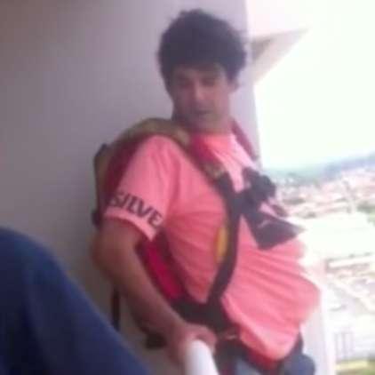 VIDEO: Čeprav je jokala, je skočil s padalom, ki naj bi ga kupil preko spleta