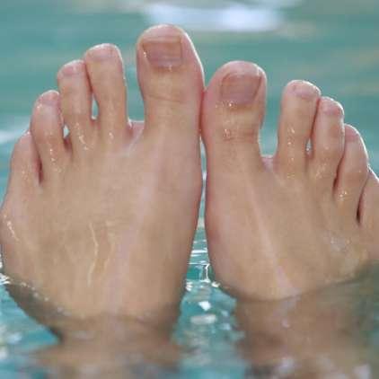 Na bazenu zmeraj obujte natikače