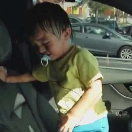 """Malček se je zaklenil v avto in """"kuhal"""" pol ure"""