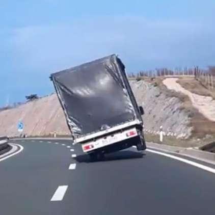 """VIDEO: S tovornjakom """"plesal"""", kot je žvižgala burja"""