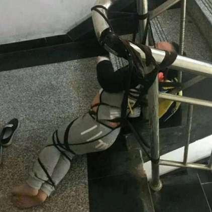 FOTO: Mama sina privezala na stopnišče, ker ji ni plačal