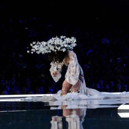 FOTO: Kitajska manekenka se je po padcu opravičila, ker je državo pustila na cedilu