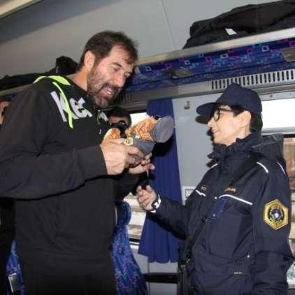 Policist medvedek za rokometaše