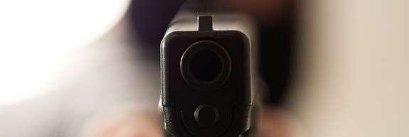 Maskirana roparja s pištolo oropala bencinski servis na Celovški