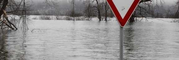 Huda ura nad Ljubljano: poplavljene ceste in podvozi, deroča voda ogroža naselja