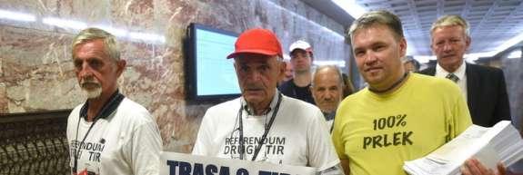 Razpišite referendum! Kovačič v DZ dostavil 48.000 podpisov