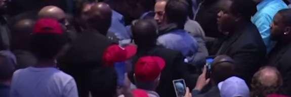 VIDEO: Erdogan je govoril, protestniki v dvorani pa so se tepli z varnostniki