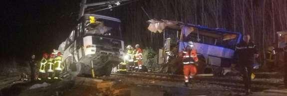 V trčenju vlaka in šolskega avtobusa v Franciji mrtvi in ranjeni
