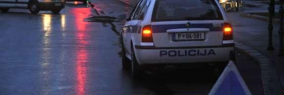 V Izoli avto zapeljal na pločnik in zbil 22-letnici, ena je huje poškodovana