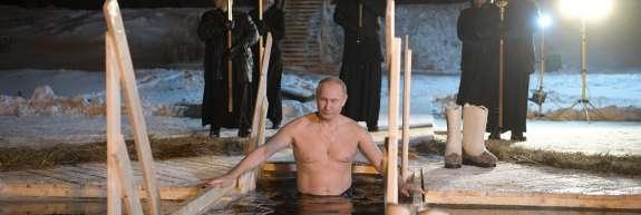Obkrožen z duhovniki se je kagebejevec Putin potopil v ledeno jezero
