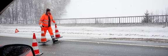 Zaradi snega in ledu vozila letijo s cest
