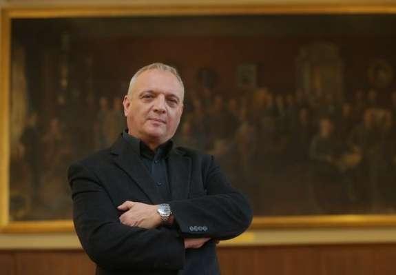 Politika ruši direktorja: minister Peršak je dal odstraniti Damjanoviča