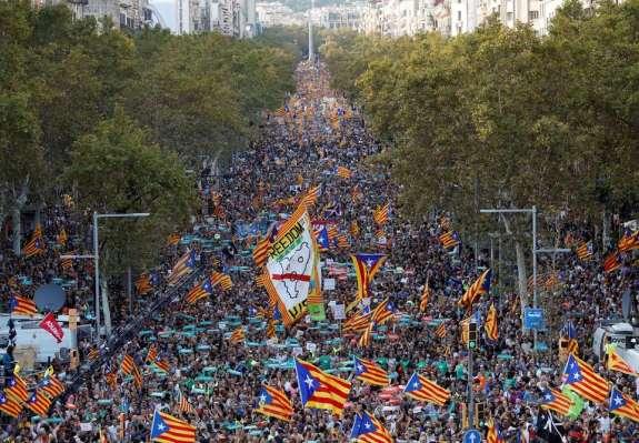 """FOTO: """"Svoboda, svoboda!"""" vpije pol milijona ljudi na ulicah Barcelone"""