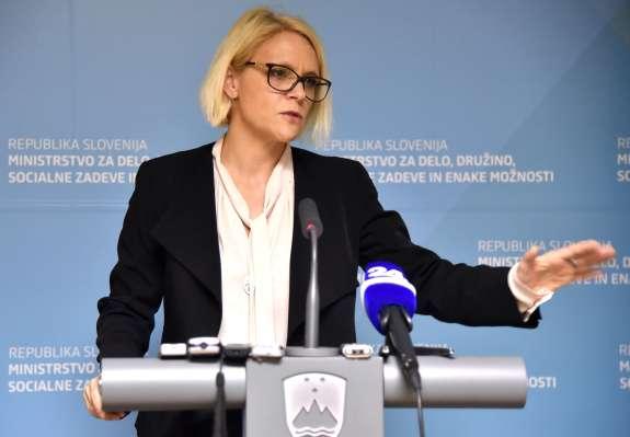 To so predvolilni politični bombončki ministrice Anje Kopač Mrak iz tuje vreče