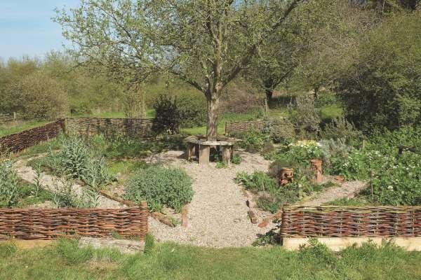 Na manjšem zeliščnem vrtu moramo prav tako predvideti dovolj široke poti med gredami.