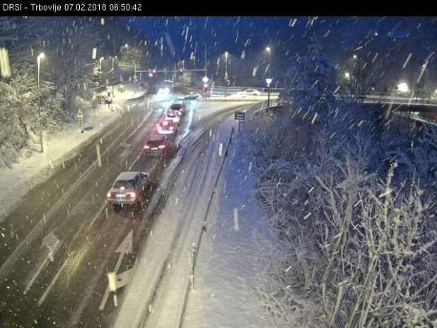 Sneg na cestišču ovira promet