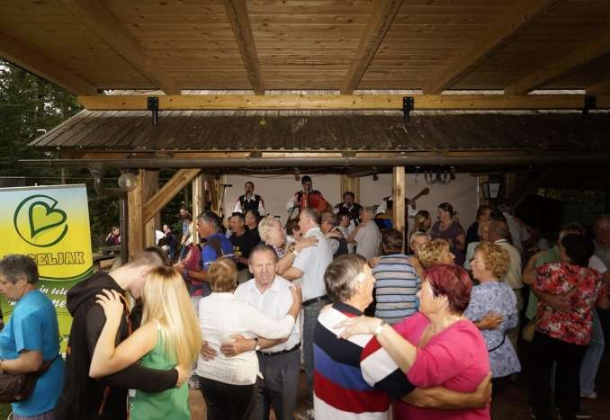 Veseljakova zabava Komenda