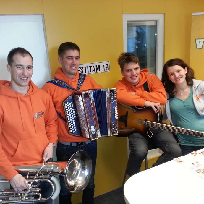Začetki delovanja segajo v leto 2003, ko so še kot fantovski trio skupaj igrali na Ermanovcu.