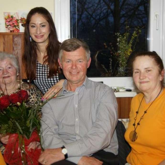 Ekipa radia Veseljak je z velikim šopkom žametnih vrtnic presenetila Marijo Mlakar.
