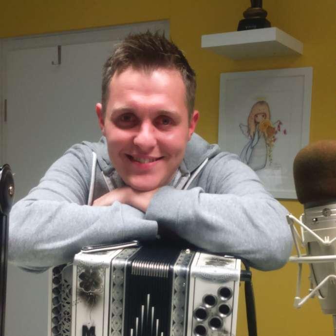 Nejc Kastelic z ljubico harmoniko.