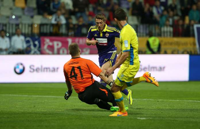 Ibraimi tries to chip the keeper