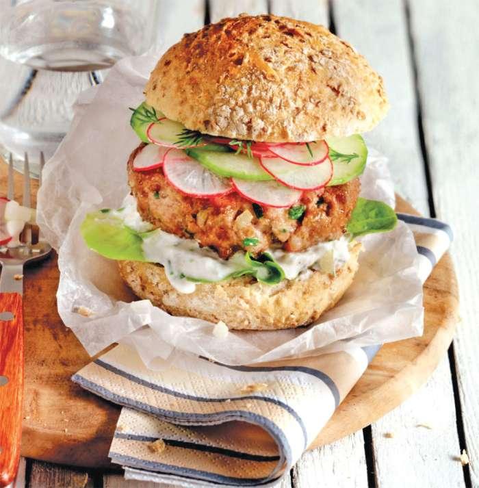 Piščančji burger s svežo kumarico