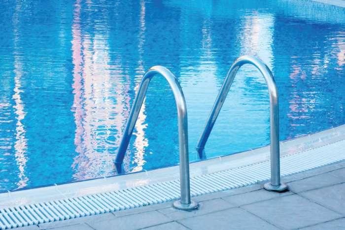 Zakaj bazeni smrdijo po kloru?