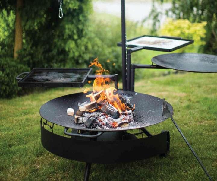 Najrazličnejše kulinarične užitke vam ponujajo različne kovinske posode, ki so preproste za uporabo, a zelo vsestranske za pripravo jedi na odprtem ognju.