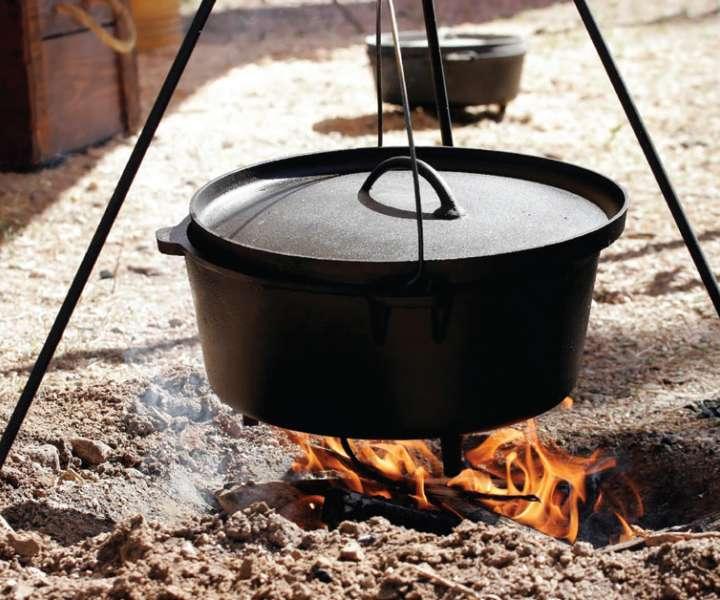 Železen ali emajliran kotel, ki visi na verigi, pritrjeni na trinogo stojalo, postavimo nad odprto ognjišče.