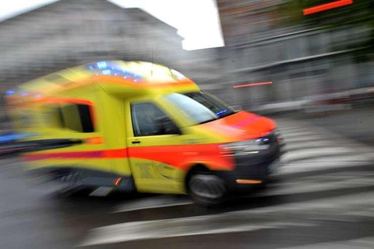 V trčenju z avtobusom v Bohinju na mestu umrl voznik osebnega vozila