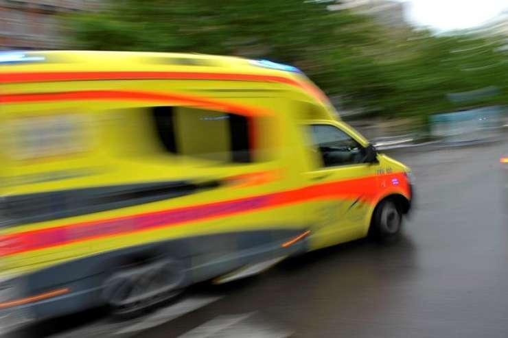 Smrt na pragu bolnišnice: v Murski Soboti 80-letni voznik usodno trčil v betonsko oviro