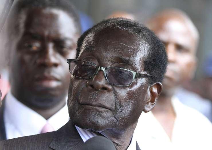"""Državni udar v Zimbabveju? Vojska trdi, da se je lotila """"kriminalcev"""" okoli Mugabeja"""