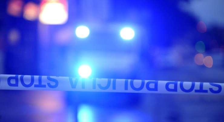 Tovornjak padel z nadvoza na Tržaško cesto; voznik izgubil življenje