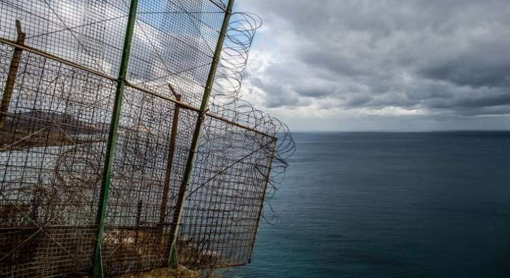 Več sto migrantov iz Maroka prebilo ograjo in vdrlo v špansko Ceuto