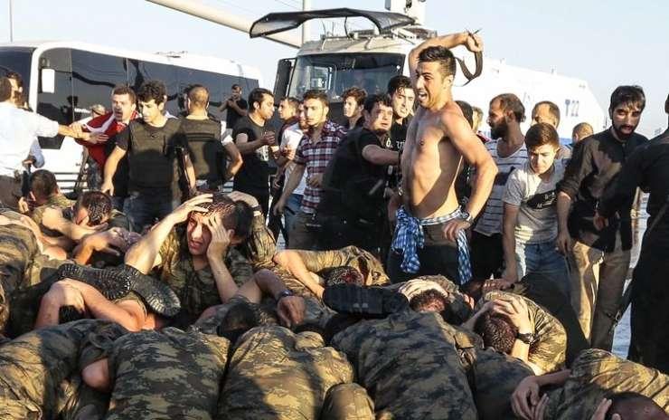 """Erdogan obletnico puča """"proslavil"""" z novimi čistkami"""