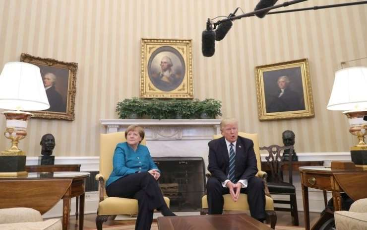 Nemci so užaljeni, Bela hiša pa zanika, da bi Trump nesramno ignoriral Merklovo
