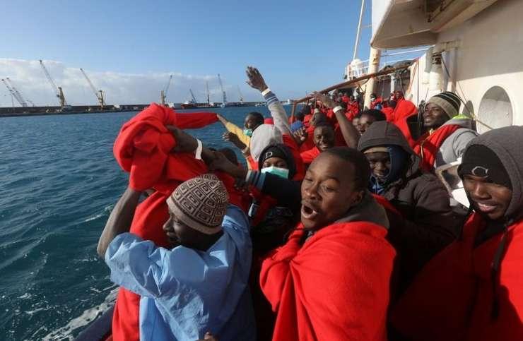 V Italijo po morju dnevno pride po več tisoč migrantov; v pristaniščih se že upirajo
