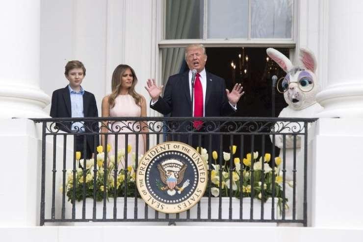 Poglejte, kako je Melania dregnila Trumpa: Roko na srce ob himni!