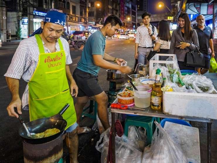 V Bangkoku prepoved uličnih stojnic s hrano: proč s kaosom, umazanijo