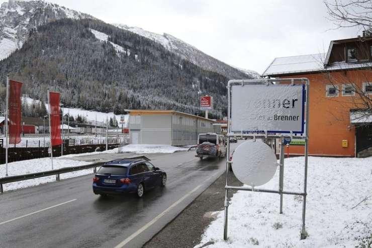 Aprilska zima povzroča kaos po Evropi: zaprte ceste, izpadi elektrike