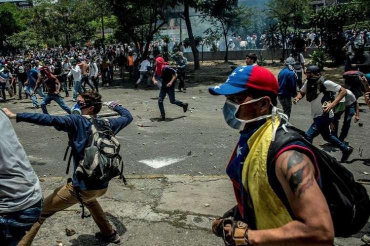 Vsaj tri smrtne žrtve krvavih protestov proti Maduru