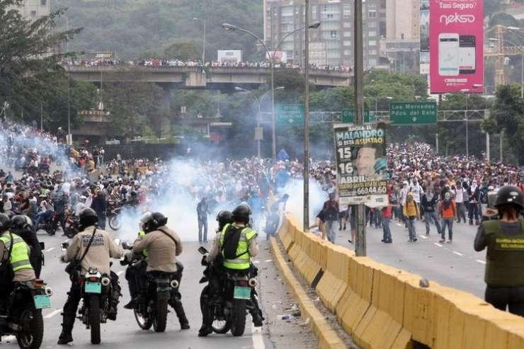 V Venezueli sestradana množica plenila tovornjake s hrano; ustreljen je bil 19-letni mladenič