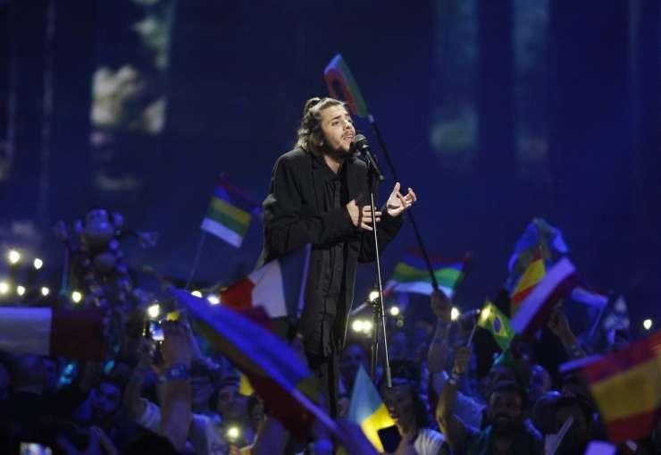 VIDEO: Zmagovalec Evrovizije Portugalec Salvador Sobral, Omar Naber v prvem polfinalu predzadnji