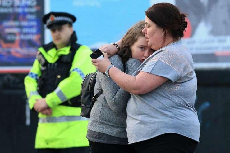 Manchester: 22 mrtvih in 59 ranjenih v eksploziji na koncertu Ariane Grande