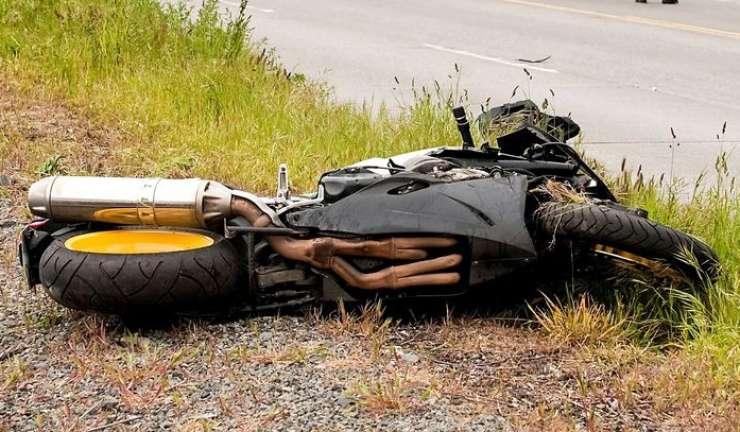 Med Smednikom in Drnovim motorista odneslo s ceste na travnik; umrl je na kraju nesreče