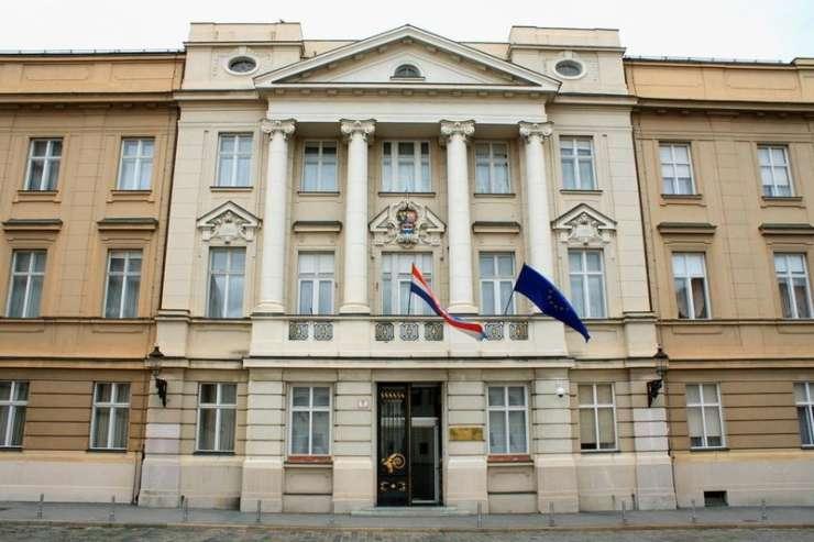 Jezni otočani na brisačah ležijo pred hrvaškim saborom