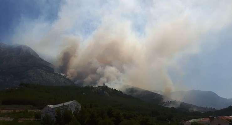 Zaradi požara, ki ogroža naselje, evakuirali Tučepe pri Makarski