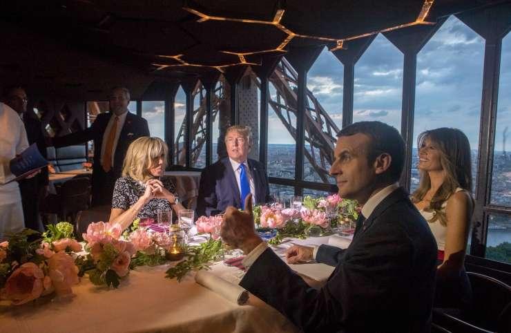 FOTO: Zakonca Trump in Macron večerjala na Eifflovem stoplu