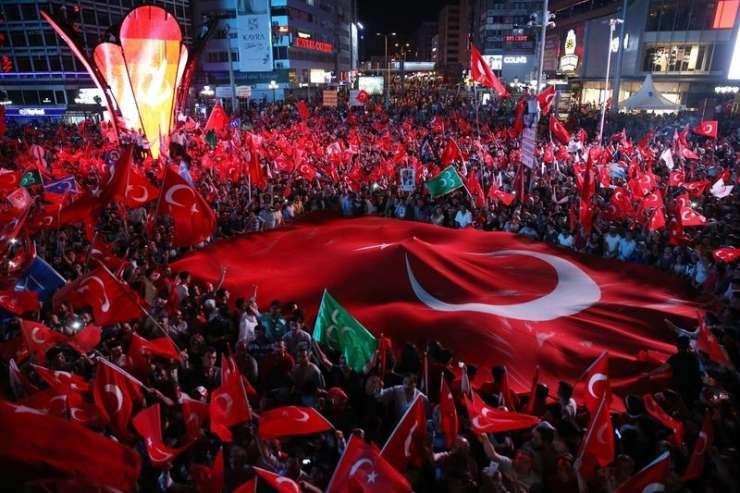 Turški premier govori o epski zmagi nad pučisti, a Turčija obrača hrbet demokraciji