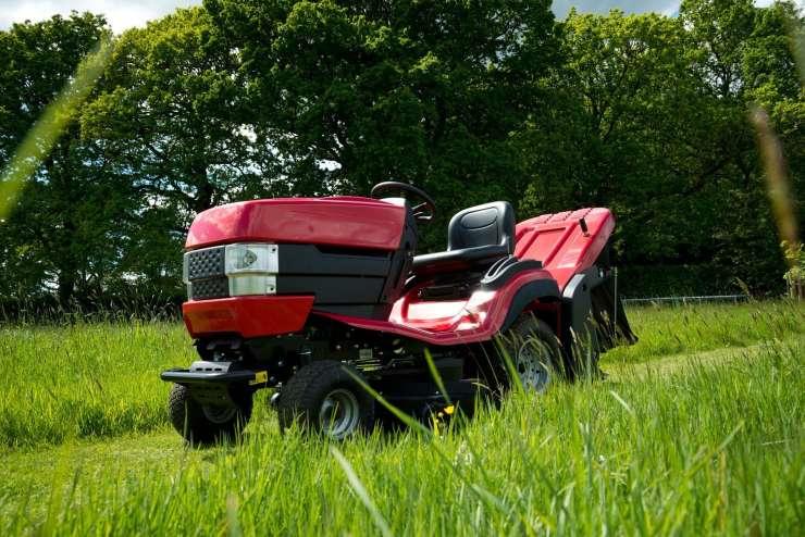 Tragedija: Pri košnji trave se je traktor prevrnil in zmečkal 81-letnika